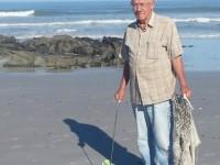 Oom Renier Groenewald maak strand skoon.