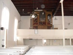 Die sneeuwit interieur van die geskiedkundige kerk.
