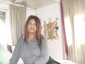 Magdalene Minnaar in haar wit slaapkamer.