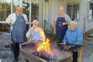 Die eerste vuurtjie brand al mooi vir die Probusbraai. Om die rooster is van links Koos Myburgh, Ben Smit, Basie Smit en Kobus Victor.