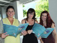 Milan Murray (middel), Charmaine Nole (mede-uitgewer) en Marisa du Toit (die illustreerder) Foto: Facebook