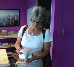 Hanlie de Wet kyk na haar jongste Meelon boek.
