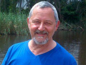 Danie Botha neem mens op 'n reis na gister. Foto's: Facebook